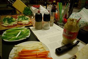 vorbereitetes Gemüse und Zutaten
